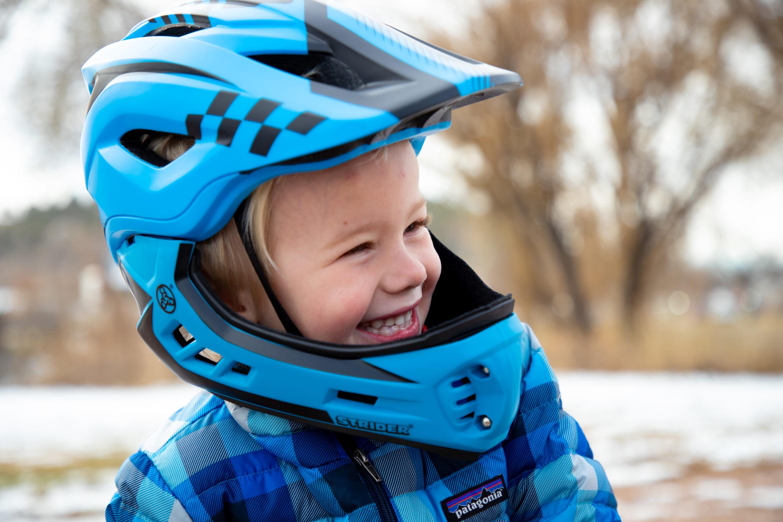 Smiling kid wearing blue ST-R Full-Faced helmet