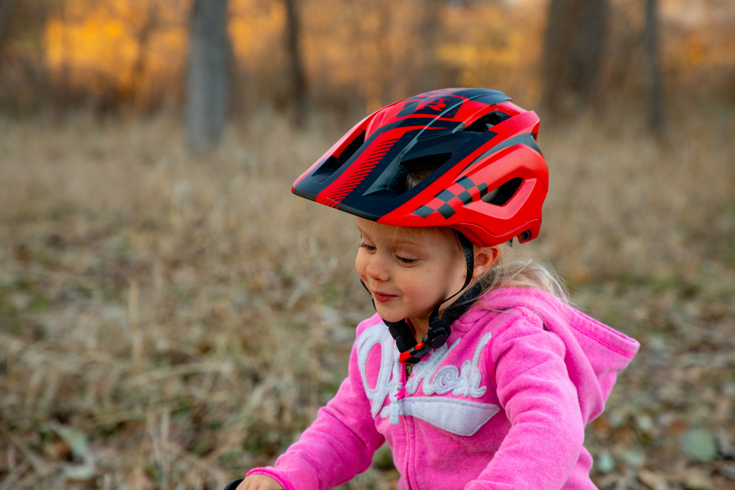 Girl wearingred ST-R Full-Face Helmet with detached face mask